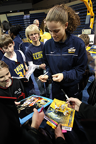 Naama Shafir, shown here signing autographs for fans in 2011, will return to Toledo for a fundraising event to benefit the women's basketball team.