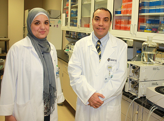 Fulbright photo Abuhamdah and Sari in the lab by Charisse Montgomery